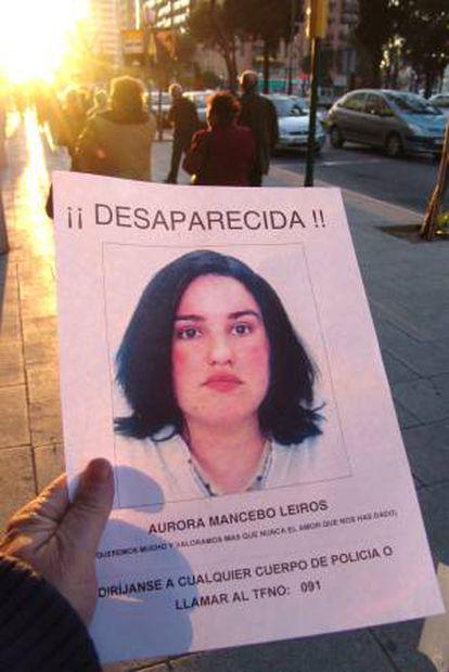 Cartel con la cara de Aurora Mancebo, de 24 años, que desapareció en la urbanización Bosques de Tarragona.