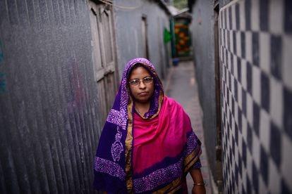 Monowara Begum hace la ronda por los callejones de Kandapara, Tangail.