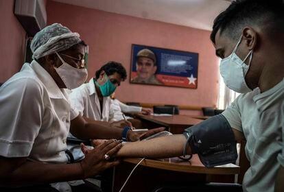 Una enfermera atiende a un hombre tras aplicarle una dosis de la vacuna cubana Soberana 02, el 24 de marzo.