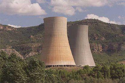 Una vista de las chimeneas de la central nuclear de Cofrentes, en una imagen de archivo.