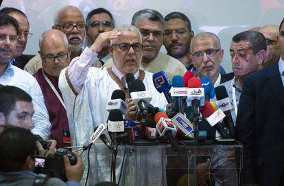 El líder de los islamistas del Partido Justicia y Desarrollo (PJD), Abdelilá Benkirán, se dirige a la prensa tras los primeros resultados preliminares, el viernes 7 de octubre.