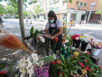 Reapertura de los quioscos de plantas y flores como este de la Avenida de Oporto durante la Fase 0 del Estado de Alarma. En la imagen, Coral, una empleada.