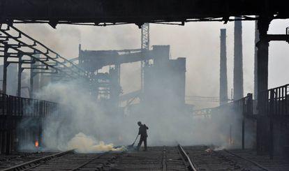Un trabajador en la fábrica de coque de Avdiivka el pasado jueves.