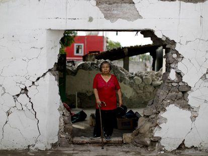 Margarita De La Cruz dentro de su casa que quedó inhabitable tras el terremoto en Atzala (México). A Margarita las autoridades le comunicaron que debía abandonar su casa pero la mujer, de 68 años, dice que no se irá porque ha pasado su vida entera allí y se ha instalado en una pequeña habitación que sirve de cocina y de jardín.