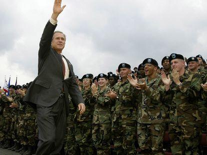 Visita de Bush a las tropas en una base militar del Estado de Nueva York, antes de que viajen a Afganistán, en 2002.
