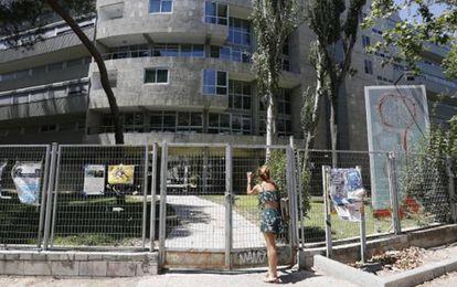 Imagen del cierre del Colegio Mayor San Juan Evangelista por parte de Unicaja.