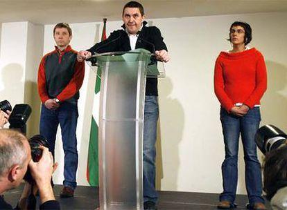 Arnaldo Otegi, Rufi Etxeberria y Arantxa Santesteban, durante la lectura de la declaración en Donosti.