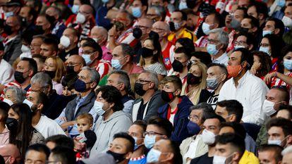 Aficionados con mascarilla ven un partido de fútbol en Madrid el pasado día 13 de octubre