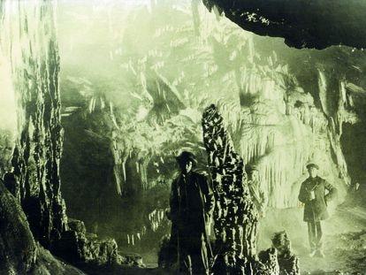 El arqueólogo malagueño Miguel Such, en la cueva de Ardales en los años veinte.