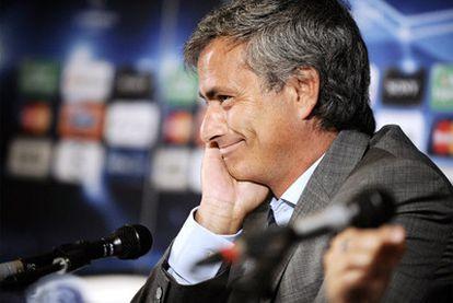 José Mourinho sonríe durante la conferencia de prensa de ayer en Auxerre.