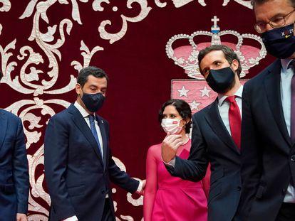 La presidenta de la Comunidad de Madrid, Isabel Díaz Ayuso, junto al resto de presidentes autonómicos populares y el presidente del PP, en la Real Casa de Correos este sábado.