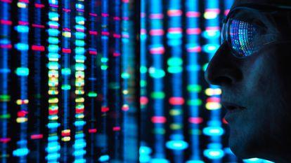 Un científico observa la secuencia de un genoma en la pantalla de un ordenador.