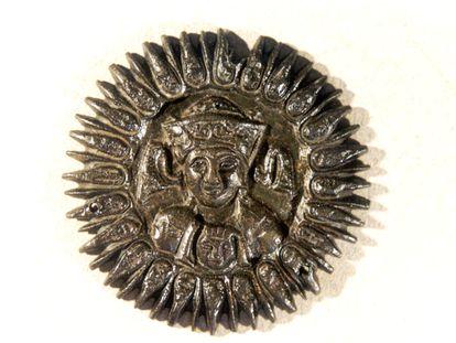 Aplique decorativo (supuesto medallón sasánida) hallado en el yacimiento de Vascos (Navalmoralejo, Toledo).