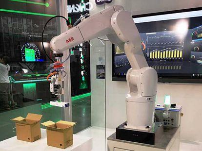 Brazo robótico dotado de visión artificial para que pueda reconocer lo que agarra.
