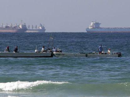 Botes de pescadores y petroleros, en aguas del estrecho de Ormuz.