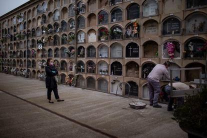 Una familiar de un fallecido por coronavirus asiste a su entierro en Barcelona, el sábado 18 de abril.