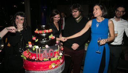 Sandra Ollo, junto al pastel de cumpleaños de Acantilado y Quaderns Crema.