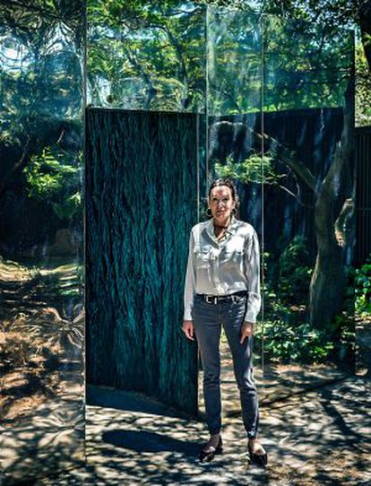 La escultora junto a una de sus esculturas.