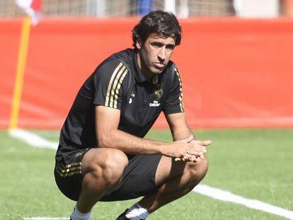 Raúl, técnico del Real Madrid Castilla observa a sus jugadores.