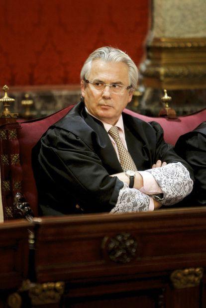 Baltasar Garzón, con toga y puñetas, en un momento del juicio contra él ayer en el Supremo.