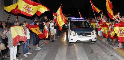 Un grupo de personas despiden en Algeciras a agentes de la Guardia Civil que viajan hacia Cataluña.