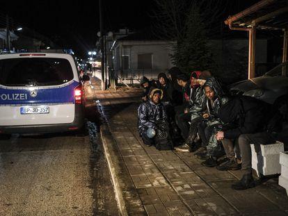 Guardas de Frontex detienen a migrantes de Afganistán y Eritrea que han cruzado a Grecia desde Turquía, el pasado febrero en Kastanies.
