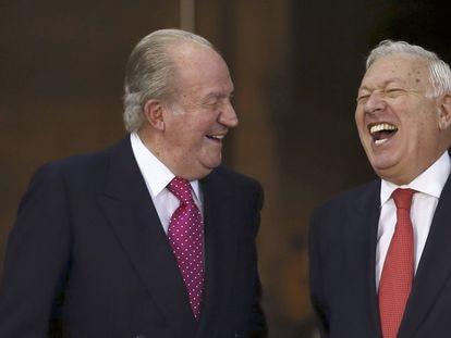 El rey Juan Carlos y el ministro de Asuntos Exteriores José Manuel García-Margallo en un homenaje al Monarca en octubre de 2014.