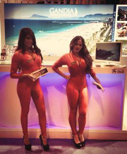 Las dos azafatas de una discotecas de Gandia, el pasado miércoles en el expositor de Fitur de la ciudad valenciana.