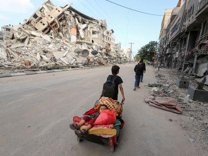 Un niño palestino transporta a otro en un carrito en Gaza, el pasado 14 de mayo.