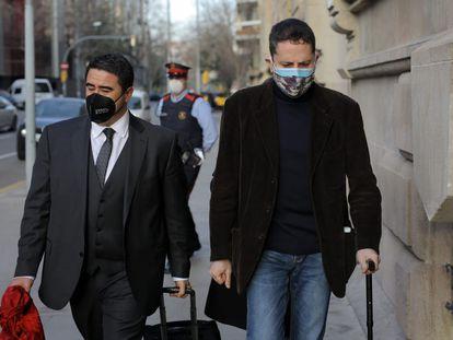 El cura David Vargas (derecha) con su letrado, en enero.