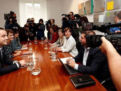 Primera reunión entre delegaciones del PSN a la izquierda de la imagen y de Geroa Bai para formar gobierno. / Vídeo: declaraciones de Ramón Alzórriz, Secretario de Organización del PSN.