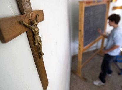Un crucifijo preside un aula en un colegio de Roma.