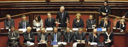 El nuevo primer ministro italiano, Mario Monti, presenta en el Senado, ayer junto a su Gobierno, las líneas de su actuación.