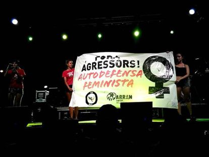 Pancarta feminista con el logotipo de Arran desplegado en el concierto de Oliva, Valencia, el pasado viernes.