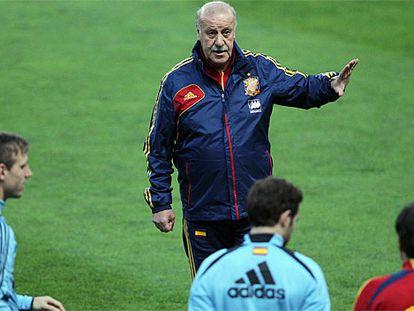 Del Bosque da instrucciones en el entrenamiento en El Molinón.
