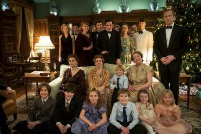 La familia real de 'The Crown' en el último capítulo de la cuarta temporada.