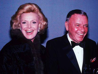 Frank Sinatra y su esposa, Barbara, fotografiados en 1980. Antes de casarse con ella, Sinatra tuvo sonadas relaciones con estrellas como Ava Gardner, Lauren Bacall o Mia Farrow.
