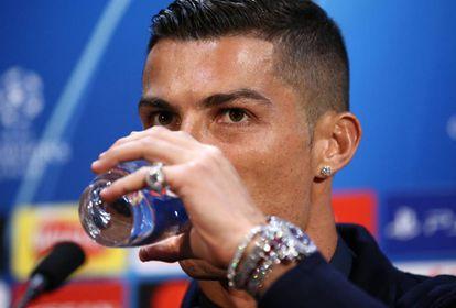 Detalle de las joyas que Cristiano Ronaldo se encargó de mostrar durante la rueda de prensa del pasado lunes en Inglaterra.