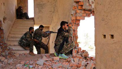 Combatientes kurdos de las YPG, en un enclave sirio en julio.