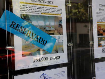 Anuncios de venta de pisos en el escaparate de una inmobiliaria de Madrid, el mes pasado.
