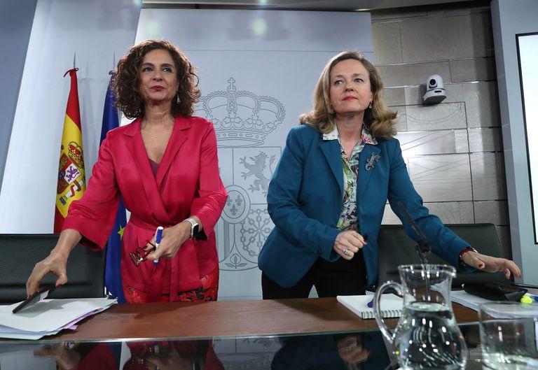 A la izquierda, la ministra de Hacienda y portavoz, María Jesús Montero, y la ministra de Economía, Nadia Calviño.