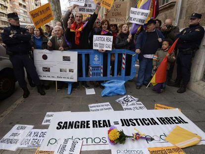 Protestantes y sus pancartas junto al juzgado de Pal.a