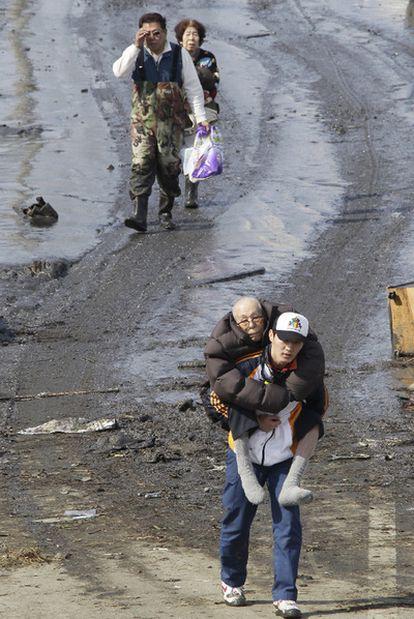 Habitantes de Tagajo (cerca de Sendai, al noreste de Japón) son evacuados de sus hogares tras el maremoto del 11 de marzo.