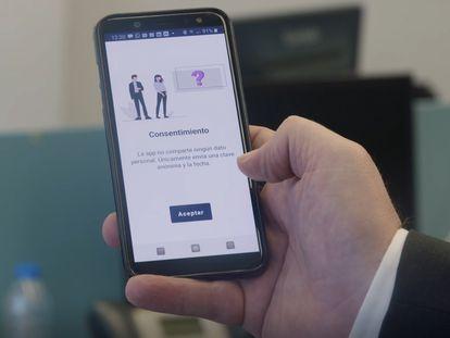 Un empleado de Ibermática muestra la interfaz de la app de rastreo Epidig. En vídeo: el reportaje de 'Dale una vuelta' sobre las apps de rastreo de contactos contagiados.