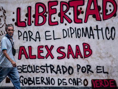 Un hombre pasa por un mural que pide la liberación de Alex Saab, en Caracas, en una imagen del 23 de febrero.