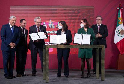 La firma del convenio entre el gobierno mexicano y los laboratorios que desarrollan vacunas contra el covid-19.