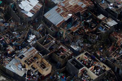 Gente en casas destruidas en Jeremie (Haití), este miércoles.