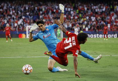 Bono hace sobre Adeyemi el tercer penalti del Sevilla en el duelo contra el Salzburgo.