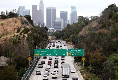 Atasco en una autopista en Los Ángeles, California.