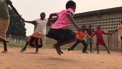 Un grupo de niños juega en su colegio de la República Democrática del Congo.